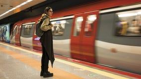 Kvinnan väntar på drevet i gångtunnel royaltyfri fotografi