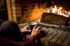 Kvinnan värme i en spis arkivfoto