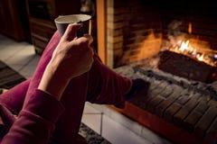 Kvinnan värme i en spis fotografering för bildbyråer