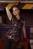 Kvinnan vaggar in stilkläder Arkivbilder