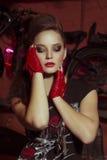 Kvinnan vaggar in stilkläder Arkivfoto