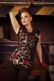 kvinnan vaggar in stilkläder på studion Royaltyfria Foton