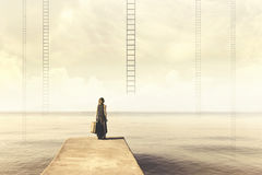 kvinnan vet inte, om klättra upp en trappuppgång från himlen till en desillusionerad destination royaltyfria foton