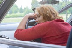 Kvinnan vilar i bilen Arkivfoton