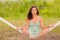 Kvinnan vilar i hängmatta Royaltyfri Foto