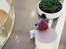 Kvinnan vilar på en bästa sikt för rund bänk royaltyfria foton