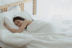 Kvinnan vilar på natten royaltyfri foto