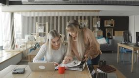 Kvinnan visar dokument i mapp en annan kvinna stock video
