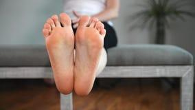 Kvinnan visar hennes fot, ben och anklar lager videofilmer