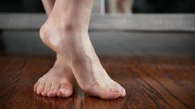 Kvinnan visar hennes fot, ben och anklar, når han har skalat stock video