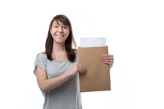 Kvinnan visar kuvertet arkivbilder