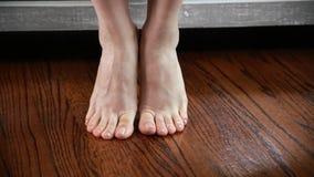 Kvinnan visar och trycker på hennes fot, ben och anklar lager videofilmer