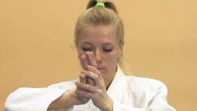 Kvinnan visar teknikerna av Aikido lager videofilmer