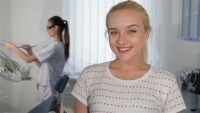 Kvinnan visar tillfredsställelse av tandläkareundersökningen arkivfilmer