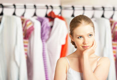 Kvinnan väljer kläder i garderobgarderoben hemma Arkivfoto