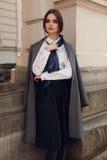 Kvinnanedgångmode Härlig modell In Fashion Clothes i gata royaltyfri foto