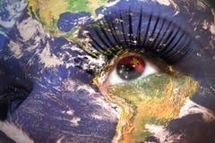 Kvinnans framsida med planetjordtextur och Papua Nya Guinea sjunker inom ögat Royaltyfri Fotografi