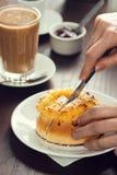 Kvinnans hand klipper igenom rulle i ett kafé Arkivbild