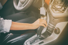 Kvinnans hand ska just att köra in i kugghjulet, selektiv fokus på han arkivfoton