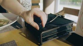Kvinnans hand tar en svart servett på tabellen i kafét Närbild av händer och buntar av servetter Kameran ?r i r?relse trevligt lager videofilmer