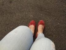 Kvinnans sko är på vägen royaltyfri fotografi