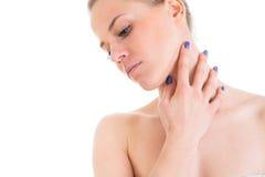 Kvinnaomsorger om hennes hud hånglar, modellerar att posera på studion arkivbilder