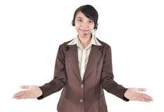 Kvinnaoperatör med hörlurar med mikrofon som visar handen Royaltyfri Foto