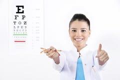 Kvinnaoptiker eller optometriker royaltyfri foto