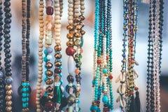 Kvinnapärlor och halsband i jewerly marknad Bali ö arkivfoton