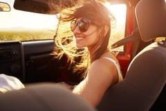 Kvinnapassagerare på vägtur i konvertibel bil fotografering för bildbyråer