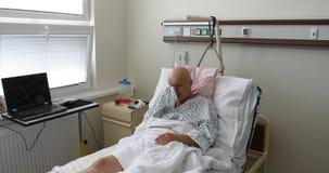 Kvinnapatient med cancer i sjukhus lager videofilmer