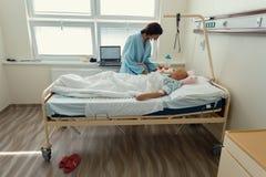 Kvinnapatient med cancer i sjukhus med vännen royaltyfri bild