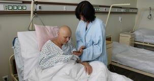 Kvinnapatient med cancer i sjukhus med vännen arkivfilmer