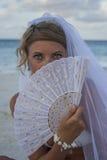Kvinnaportreit i brud- skyler med fanen Fotografering för Bildbyråer