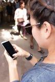 Kvinnapratstund på telefonen Royaltyfria Bilder