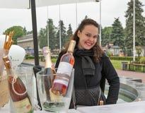 Kvinnapresentatör under Kyiv mat och vinfestival Kiev Ukraina Arkivbild