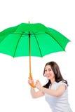 Kvinnaräkningar från regnparaplyet Royaltyfria Foton