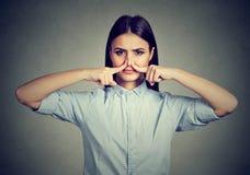 Kvinnarazzianäsan med fingerblickar med avsmak något stinker den dåliga lukten arkivbild