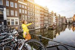 Kvinnaresande i Amsterdam Arkivfoton