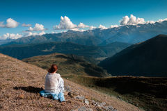 Kvinnaresande i bergen som går framåt till höjderna Royaltyfri Bild