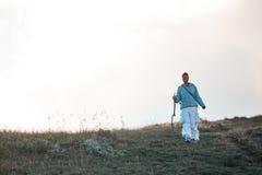 Kvinnaresande i bergen som går framåt till höjderna Royaltyfri Fotografi