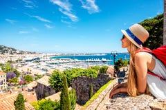Kvinnaresande i Cannes Royaltyfri Foto