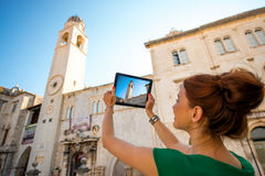 Kvinnaresande i den Dubrovnik staden arkivfoton