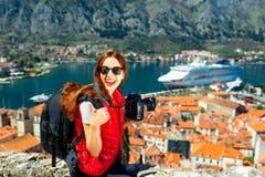 Kvinnaresande i den gamla staden Kotor, Montenegro royaltyfri foto