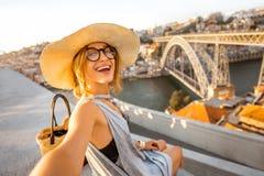 Kvinnaresande i den Porto staden Royaltyfri Bild