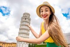 Kvinnaresande i Pisa den gamla staden Royaltyfria Bilder