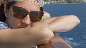 Kvinnaresande med skeppet stock video