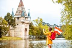 Kvinnaresande nära den österrikiska slotten arkivfoto