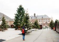 Kvinnaresanden på jul marknadsför Alsace, Frankrike Royaltyfri Foto