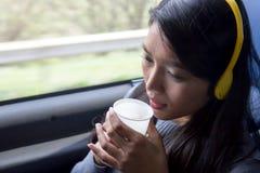 Kvinnaridning på bussen Royaltyfri Fotografi